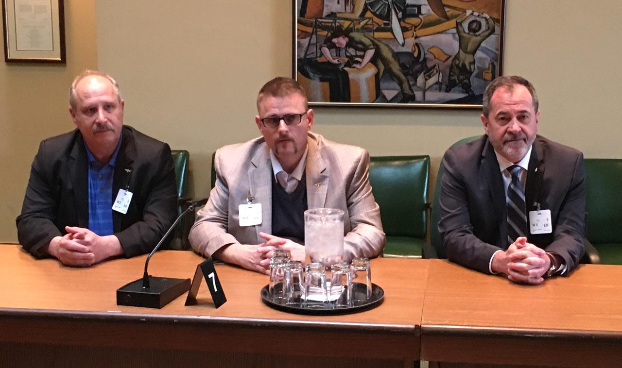 Présentation contre le projet de loi C-10. Sur la photo : Fred Hospes, président national du District 140 de l'AIMTA; David Chartrand, coordonnateur québécois de l'AIMTA, et Serge Cadieux, secrétaire général de la FTQ.