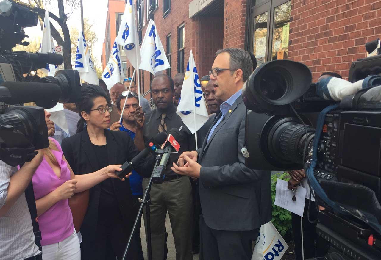 Le porte-parole du Regroupement des travailleurs autonomes Métallos en point de presse le 12 mai 2016.
