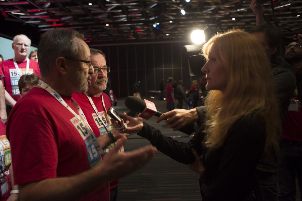 Daniel Boyer et Serge Cadieux en point de presse à la suite de l'adoption de la résolution sur le salaire minimum à 15$ l'heure au 31e Congrès de la FTQ en novembre 2016