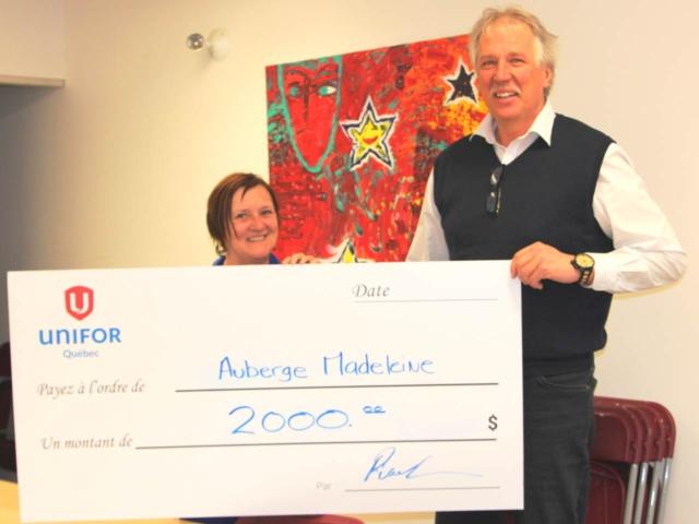 Le directeur québécois d'Unifor, Renaud Gagné, a remis un chèque de 2000$ à Micheline Cyr, directrice de l'Auberge Madeleine.