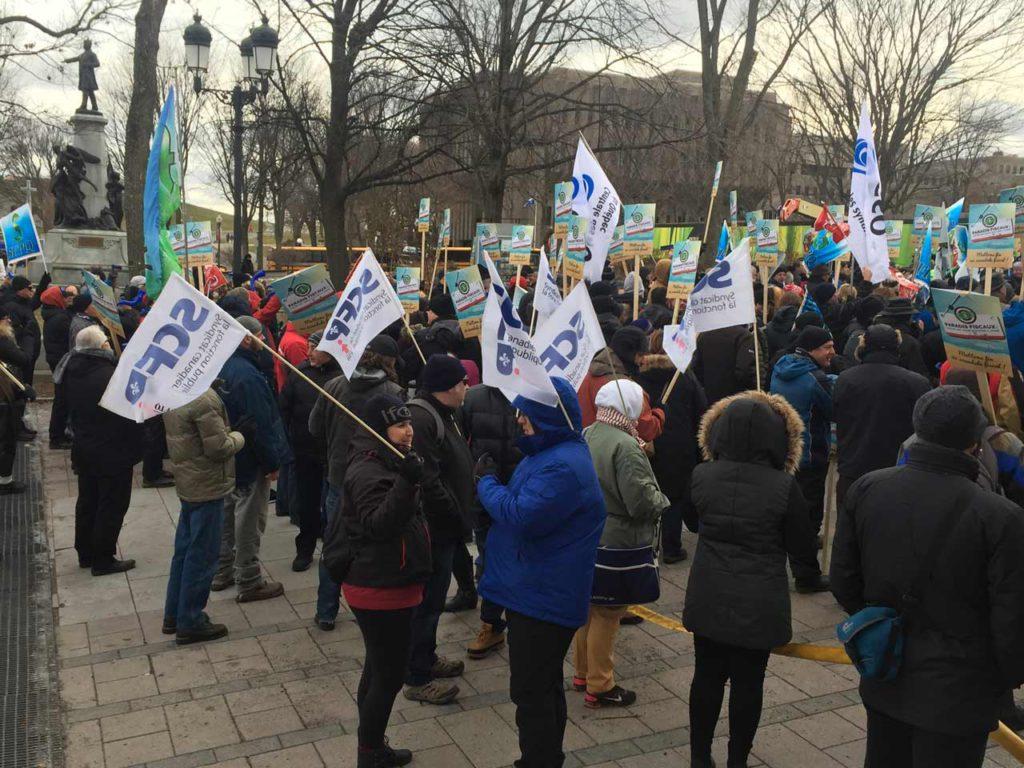 Manifestation devant le Parlement du Québec du collectif Échec aux paradis fiscaux