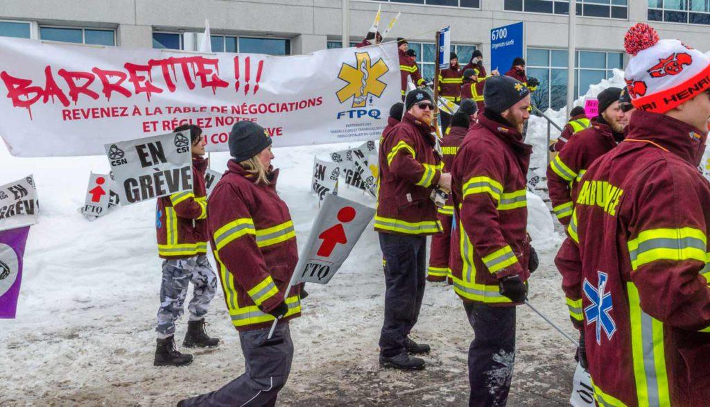 Manifestation des paramédics devant les bureaux d'Urgences-santé le 16 mars 2017.