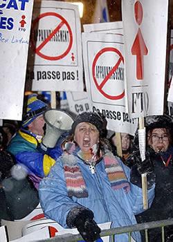 <b>NON au <i>bulldozage</i> du gouvernement Charest</b><br><br><font color=blue>D&#39;autres photos de la manifestation</font><br> <i>Photo : Didier Debusschère <br>