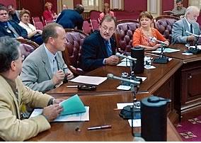 De gauche à droite : Émile Vallée, conseiller politique à la FTQ; Jérôme Turcq, vice-président québécois de l'AFPC et vice-président de la FTQ; Henri Massé, président de la FTQ; Monique Audet et Marc Bellemare, conseillers syndicaux à la FTQ