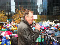 « La FTQ n&#39;est pas devant, derrière ou à côté des travailleurs et travailleuses de Vidéotron, la FTQ c&#39;est vous tous et toutes. C&#39;est ensemble que nous allons gagner cette lutte qui concerne l&#39;ensemble des travailleurs et des travailleuses du Québec », a lancé le président de la FTQ, Henri Massé, aux milliers de manifestants à l&#39;occasion de la Marche de solidarité avec les travailleurs et travailleuses de Vidéotron organisée par la FTQ. <i>Photo: Serge Jongué