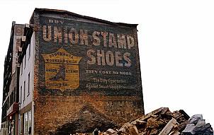 <b>Une murale syndicale à visiter</b> <br>Sur la rue Saint-Antoine, un peu à l'est du Champ-de-Mars, on peut encore apercevoir un véritable trésor syndical : une murale encourageant l'achat de chaussures de fabrication syndicale, «la seule garantie contre les ateliers de misère et le travail des prisonniers».<br> <br>Elle date vraisemblablement de la période d'implantation du syndicat, la Boot and Shoe Workers Union, apparu à Montréal et Saint-Hyacinthe vers 1902. <br><br>En novembre 1995, un incendie a rasé l'immeuble qui cachait et protégeait cette œuvre fort probablement unique, considérant son âge et son relatif bon état de conservation.