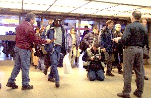 Les membres du SCFP 3333 ont pris le taureau par les cornes. Tôt ce matin, ils accueillaient les usagers du transport en commun de la Rive-Sud, dans la région de Montréal, et leur remettaient un tract expliquant les origines des problèmes de disponibilité des autobus. <br> <br>Photo Service de l&#39;information SCFP <br>