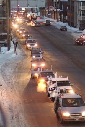 Un long et bruyant défilé de voitures a arpenté les rues de Sherbrooke de 16 heures à 18 heures. <br> <br><i>Photo Claude Roussel Photo Zoom </i> <br><font color=blue>Autres photos sur le site du SCFP </font>