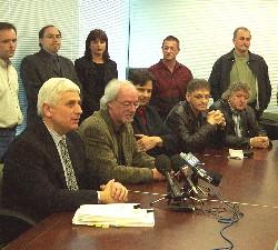 Un point de presse improvisé a suivi la cérémonie de signature officielle. De gauche à droite, Serge Reynauld (vice-président resssources humaines Vidéotron), Michel Parenteau (conseiller SCFP), Yves Lalonde (président 2815), Denis Plante (conseiller SCFP) et Gilles Dubé (président 1417).