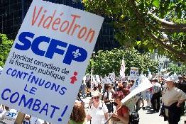 Une partie des quelque 2 000 personnes venues manifester devant la Caisse de dépôt et placement du Québec, rue McGill College au centre-ville de Montréal. <i>(Photo Service de l'information SCFP)