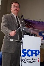 Le président de la FTQ, Henri Massé, alors qu'il s'adressait aux personnes présentes au Centre des Arts de Shawinigan.<i> (Photo Service de l'information SCFP)