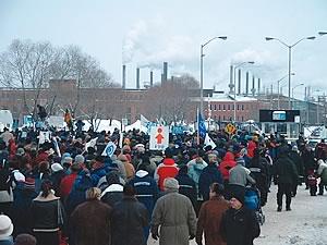 Le 31 janvier, des milliers de personnes se massent à l&#39;entrée de l&#39;usine Arvida du Complexe Jonquière. <br> <br><i>Photo Mishell Potvin, Conseil régional FTQ Saguenay-Lac-Saint-Jean