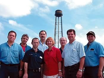 Richard Vaillant, président du syndicat local (TCA-FTQ) à la distillerie Seagram-Guinness, en compagnie de confrères de travail devant l'usine de LaSalle. Au centre, Francine Burnonville du Conseil régional FTQ Montréal métropolitain.