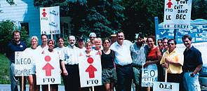 Les grévistes du Club de golf Saint-Laurent, à l'Île d'Orléans, avec en tête leur présidente, Marie-Josée Gosselin, ont démontré une belle détermination et une grande solidarité durant le lock-out qu'ils ont subi durant 23 mois. On les aperçoit ici avec le président de la FTQ, Henri Massé (au centre), venu les encourager, et le président de l'UES-800,  Raymond Larcher (à gauche).