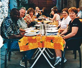 Les membres de la délégation syndicale canadienne à l'OIT, en juin 2004 : David Onyalo, CTC; Reg Anstey, TCA; Lola LeBrasseur, FTQ; Josée Roy, CSN; Barbara Byers, vice-présidente CTC.