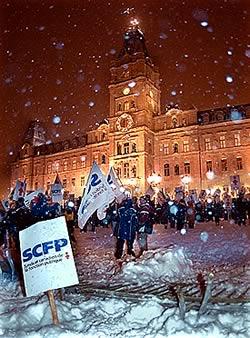 <font size=3 color=navy><b><i>On se souviendra...</font></i></b> <br>Devant la menace de bâillon que veut imposer le gouvernement pour faire adopter ses projets de loi antisyndicaux et antisociaux à toute vapeur avant les Fêtes, les six principales organisations syndicales du Québec, la FTQ en tête, organisent en vitesse une autre manifestation devant l'Assemblée nationale. Le mauvais temps empêche des dizaines d&#39;autobus de se rendre mais quelques milliers de personnes bravent tout de même la neige et le vent. <br><font color=-blue><b>Voir les photos </font></b> <br><font color=red><b>Autres photos et une vidéo</font></b><br> <br><i>Photo Didier Debusschère