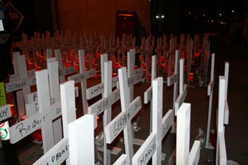 Images de croix et de travailleurs devant les bureaux de la CSST.