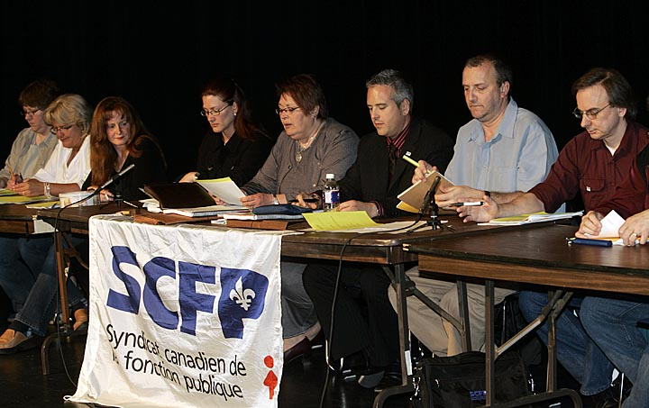 Photo du président de la FTQ et de travailleurs du CSSS