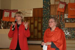 L'animatrice Anne-Marie Dussault et la porte-parole du Collectif du 8 mars, Michèle Asselin, présidente de la FFQ.