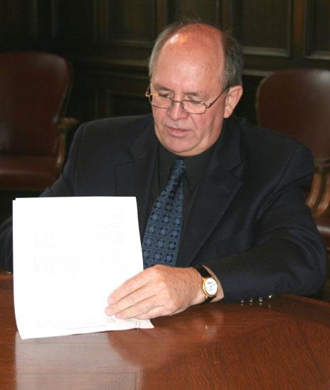 René Roy lors de la signature.