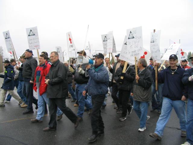 Près de 200 travailleurs manifestent à Val d'or