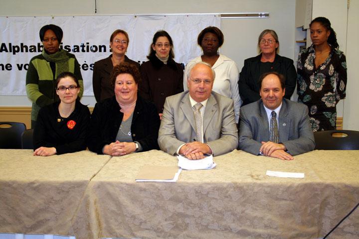Quelques un des membres de la coalition de la lutte contre l'analphabétisation, dont Mme Louise Miller de la FTQ