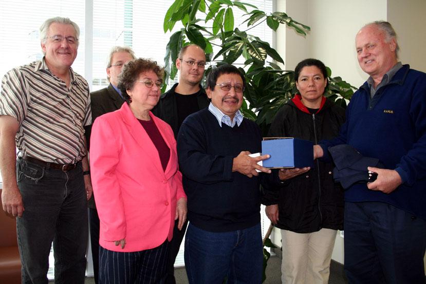 On aperçoit le président du groupe de solidarité québécoise Dario Garcia recevoir un présent destiné à M. Nieto. Apparaissent également trois membres de la même organisation de solidarité, Mmes Rosario Salguero et Araceli Rivas, ainsi que Guy Roy, aussi m