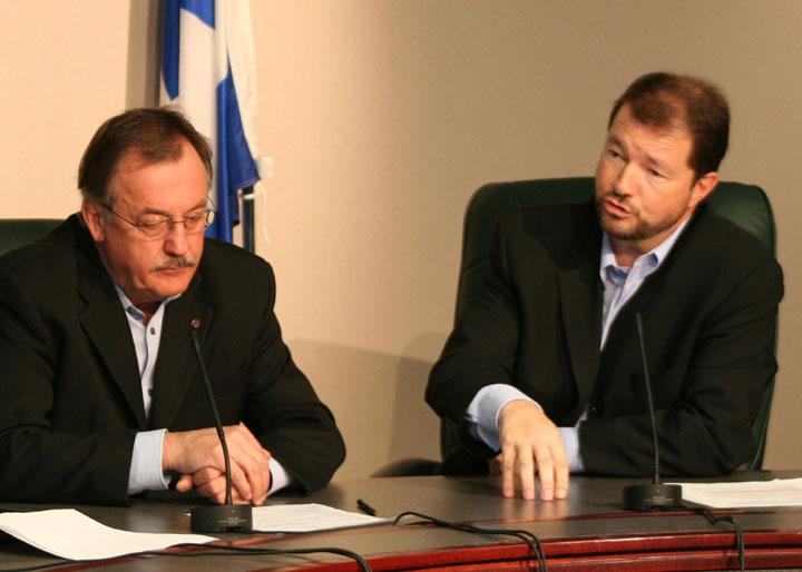Le président de la FTQ, Henri Massé et le directeur exécutif des TUAC et vice-président de la FTQ, Louis Bolduc