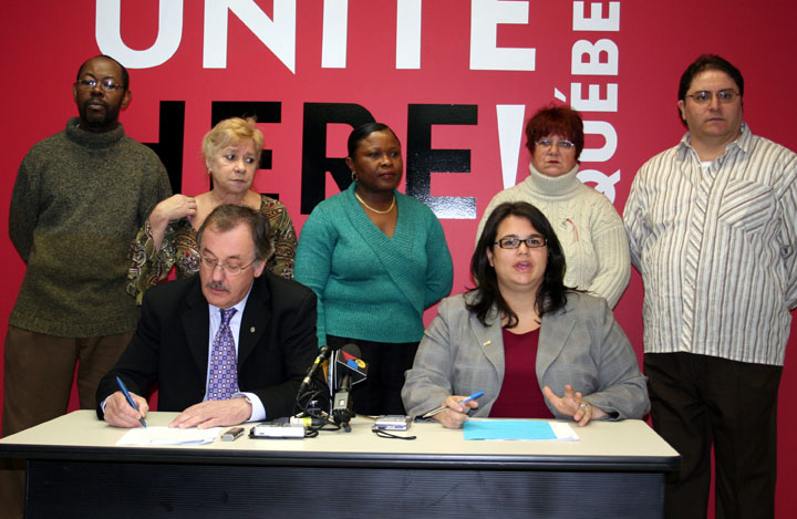 Le président de la FTQ Henri Massé, la directrice du Conseil du Québec Unite Here et V-P de la FTQ Lina Aristeo, accompagnés de travailleurs du vêtement