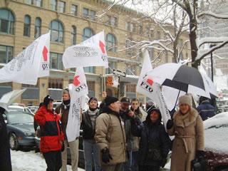 Simultanément, à Montréal, une centaine de militantes et militants manifestaient contre le bâillon et les PPP