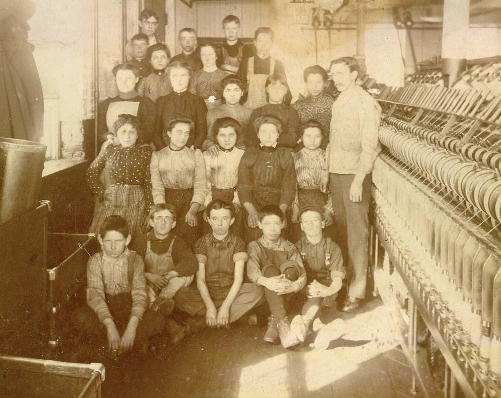 Enfants au travail, fin 19e siècle. En 1891, 8 % des ouvriers du Québec sont des enfants de moins de 16 ans.