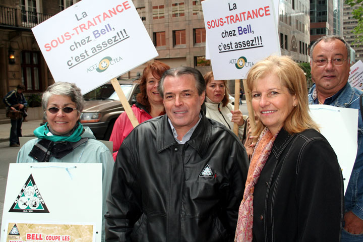 Michel Ouimet, vice-président du SCEP et Line Brisson de l'ACET lors de manifestations chez Bell