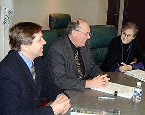 De gauche à droite : Claude Généreux, secrétaire trésorier national du SCFP, René Roy, secrétaire général de la FTQ et Gina Glantz, responsable des questions politiques et de stratégie du Service Employees International Union (SEIU). <i>Photo Service des communications de la FTQ