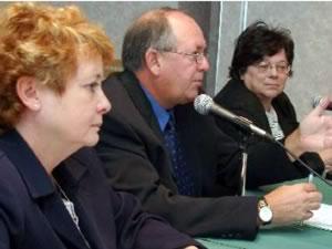 De droite à gauche : Mme Carole Gingras, directrice du Service de la condition féminine de la FTQ, M.  René Roy, secrétaire général de la FTQ et Mme Suzanne Amiot, vice-présidente de la FTQ. <hr> <br><b><i>TÉLÉCHARGER LE MÉMOIRE DE LA FTQ SUR LA CONSULTATION SUR LES SCÉNARIOS DE DÉVELOPPEMENT ET DE FINANCEMENT POUR ASSURER LA PÉRENNITÉ, L'ACCESSIBILITÉ ET LA QUALITÉ DES SERVICES DE GARDE <br><br><br>