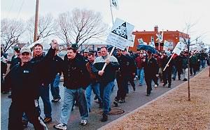 À l'occasion de la Fête internationale des travailleuses et des travailleurs, le 1er mai, les grévistes de Louisiana Pacific ont manifesté dans les rues de Chambord.