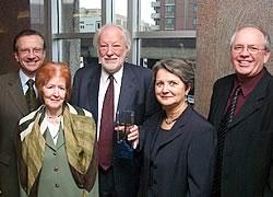De gauche à droite : Pierre Genest, PDG du Fonds de solidarité FTQ ; Ghislaine Coallier, l&#39;épouse de M.Daoust; Fernand Daoust; Nicole René, présidente de l&#39;Office québécois de la langue française et René Roy, secrétaire général de la FTQ. <i>(Photo: Serge Jongué)