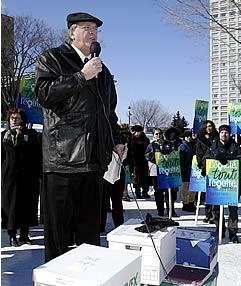 René Roy, secrétaire général de la FTQ lors de la remise de la pétition <br><i>(Photo: Clément Allard)