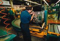 Ce membre de la section locale 1148 de l'AIMTA, chez Frigidaire Canada, effectue une réparation sur une machinerie de production de la chaîne de montage.