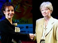 Louise Mercier, présidente du Comité de la condition féminine de la FTQ, remettant le prix Équité à la lauréate, Marie-Ève Goulet, machiniste en herbe!