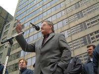 Une manifestation réussie: Henri Massé, président de la FTQ, s'adresse aux 4000 grévistes de Bombardier aéronautique qui ont manifesté jeudi dernier devant le siège social de l'entreprise dans le Centre-ville de Montréal.