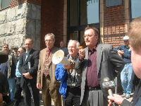 Henri Massé s'adresse à quelque 200 syndiqués d'Alstom. À sa droite, Normand Guimond, représentant régional FTQ, Pierre Richard du RESO et Luc Desnoyers, directeur québécois des TCA.