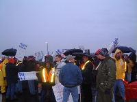 Les syndiqués de Bombardier Aéronautique sur les piquets de grève aux petites heures, lundi matin.