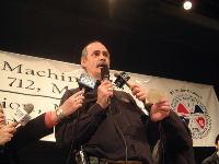 Le président Michel Lauzon, au moment de l'annonce du vote de moyens de pression et de grève à 98,2 % des 6 000 membres présents.