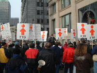 Manifestation d'appui aux grévistes devant le siège social de la Canada Steamship Lines