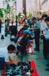 Les petits métiers exercés dans une rue piétonnière de la capitale chilienne, Santiago.
