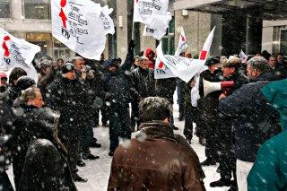 À droite, le secrétaire général, René Roy et le président de la FTQ, Henri Massé manifestent avec les travailleurs en lock-out
