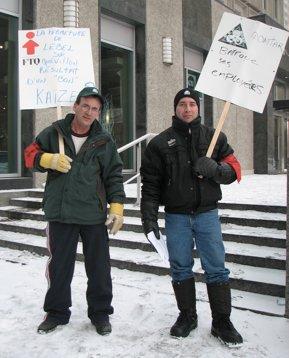 Depuis le début du mois, les travailleurs en lock-out de la Domtar à Lebel-sur-Quévillon manifestent devant le siège social de la compagnie à Montréal.   <br><br><br>  Autres photos</font>